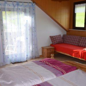 Mit Fensterfront. Ein zusätzliches Bett - normal als Sofa - und ein Kinderbett sind vorhanden.