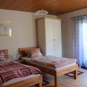 Schlafzimmer 1 mit Doppelbett - auch einfach als Einzelbetten zu schieben und umgekehrt - (dann kein Zwischenraum zwischen den Betten)