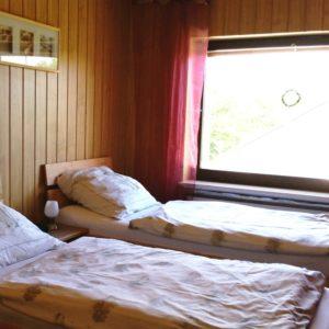 Doppelbett - auch einfach als Einzelbetten zu schieben (dann kein Zwischenraum). Zusätzlich ist ein Flachbildfernseher 32 Zoll SAT vorhanden